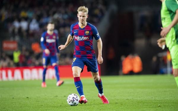 De Jong là mẫu tiền vệ kiến thiết lùi sâu. Bên cạnh khả năng kiểm soát và luân chuyển bóng khéo léo, cầu thủ 23 tuổi làm nhiệm vụ đánh chặn bằng khả năng phán đoán tài tình.