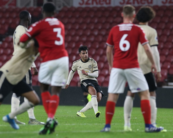 Cầu thủ 19 tuổi đang có những bước tiến rõ rệt ở đội trẻ M.U. Mới đây, anh đã lập cú đúp giúp Quỷ đỏ đánh bại đội trẻ của Tottenham với tỷ số 4-2.