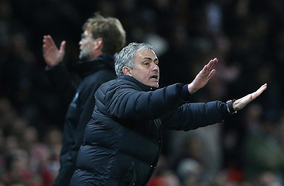 'Sủng ái' Fellaini, Mourinho bị đá đểu