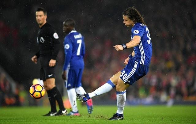 Luiz sút phạt thành bàn, Mignolet kêu oan - Bóng Đá