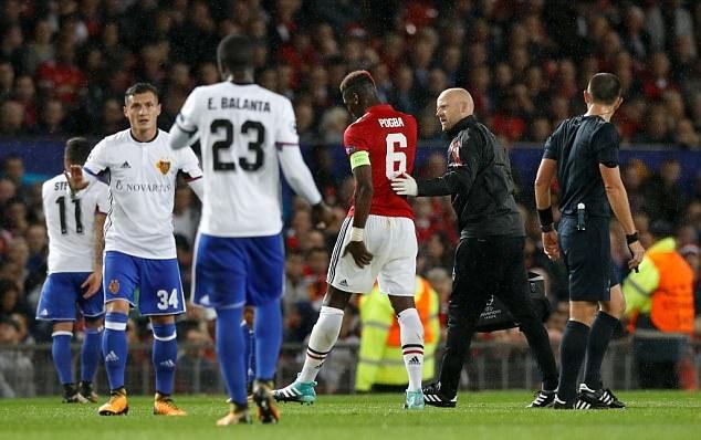 Pogba tập tễnh dùng nạng rời sân Old Trafford - Bóng Đá
