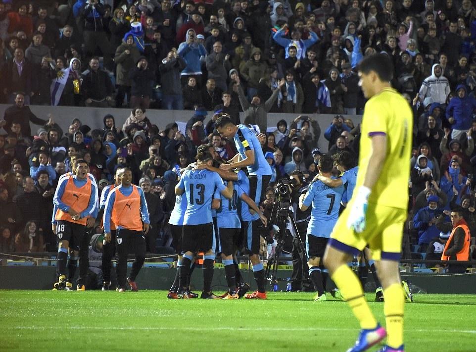 Luis Suarez lập cú đúp, Uruguay giành vé trong trận cầu 6 bàn thắng - Bóng Đá