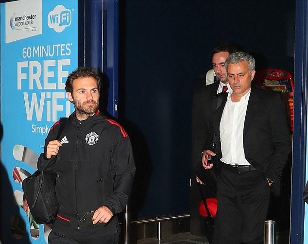 Ảnh Man Utd trở lại Anh - Bóng Đá