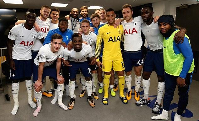 Hạ Liverpool, Tottenham được 2 huyền thoại đến tận phòng thay đồ chia vui - Bóng Đá