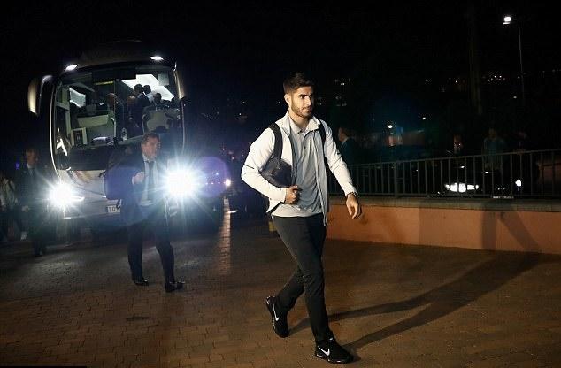 Real Madrid hành quân trong đêm trước áp lực kém Barca 8 điểm - Bóng Đá