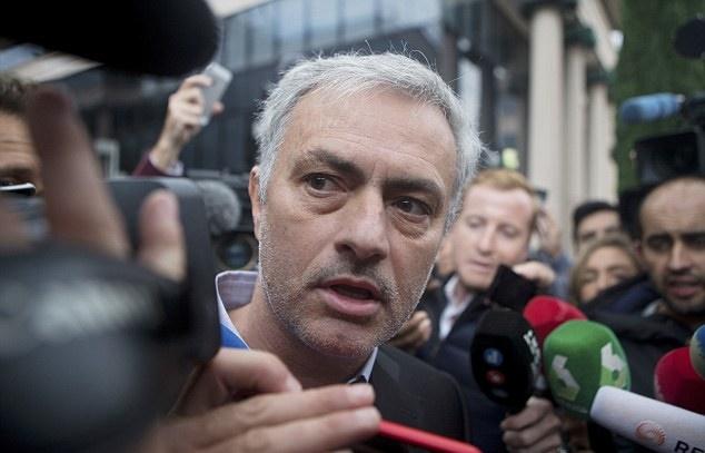Đại chiến Chelsea cận kề, Mourinho vẫn đủng đỉnh ra tòa trình diện - Bóng Đá