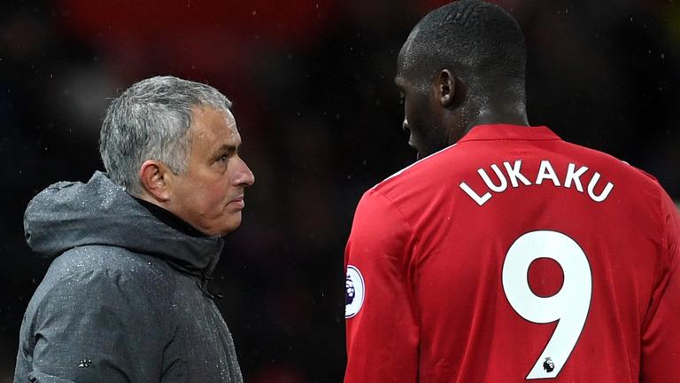 Mourinho ngu ngốc nếu để M.U đá đôi công với Man City