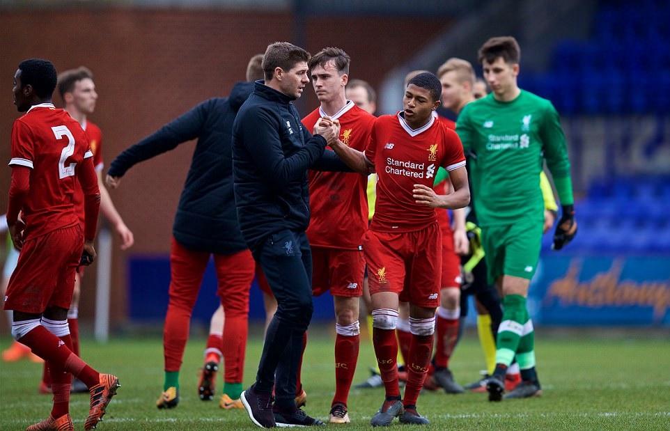 Gerrard phải ra tay khi cầu thủ trẻ Liverpool bị phân biệt chủng tộc - Bóng Đá