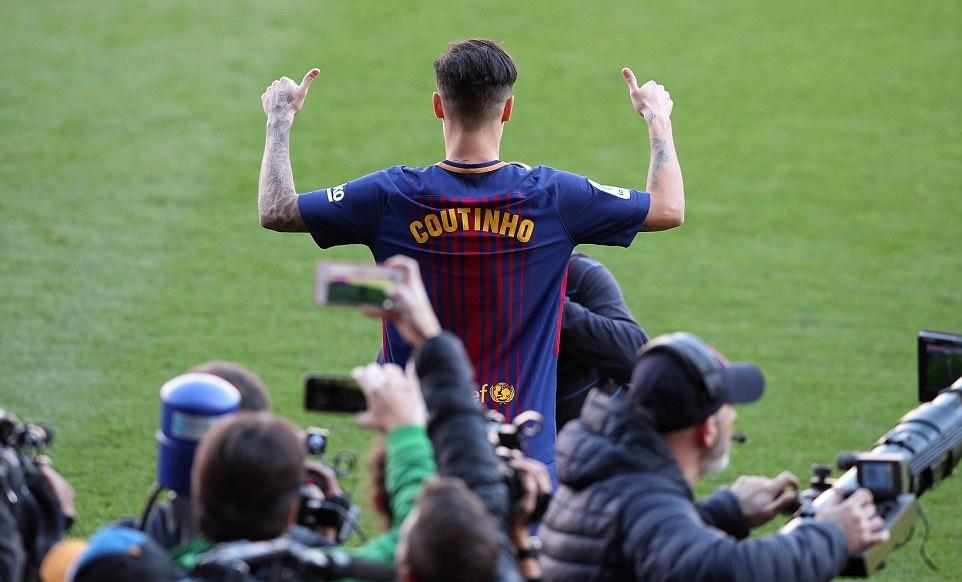 Chùm ảnh: Coutinho ra mắt CĐV Barcelona - Bóng Đá