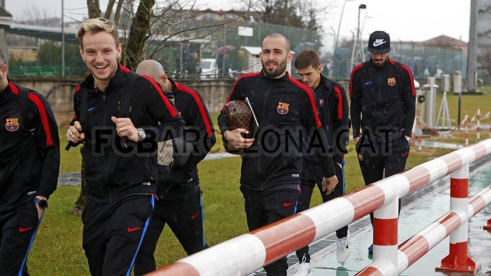 Cho Real hít khói, Messi và đồng đội hào hứng rảo bước trong mưa - Bóng Đá
