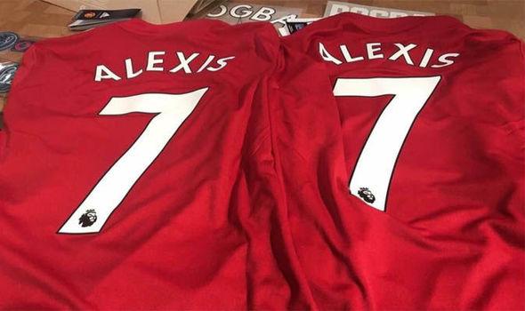 Áo số 7 của Sanchez ở Man Utd đã được bày bán - Bóng Đá