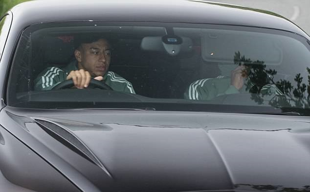 Dàn sao Man Utd mang theo WAGs tới tận sân tập - Bóng Đá