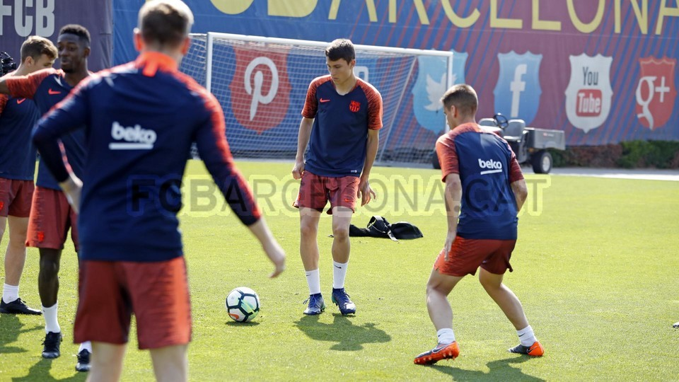 Messi đã xuất hiện trên sân tập Barcelona - Bóng Đá
