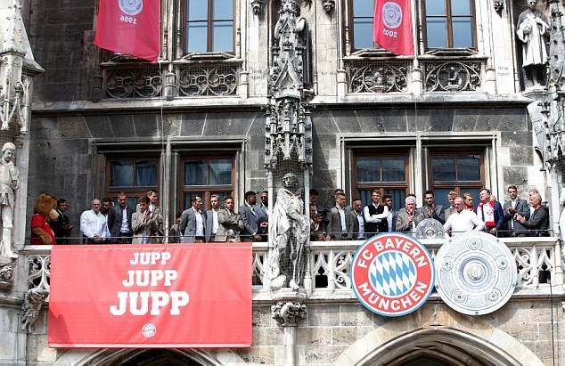 Hàng ngàn CĐV Bayern Munich tri ân HLV Jupp Heynckes - Bóng Đá