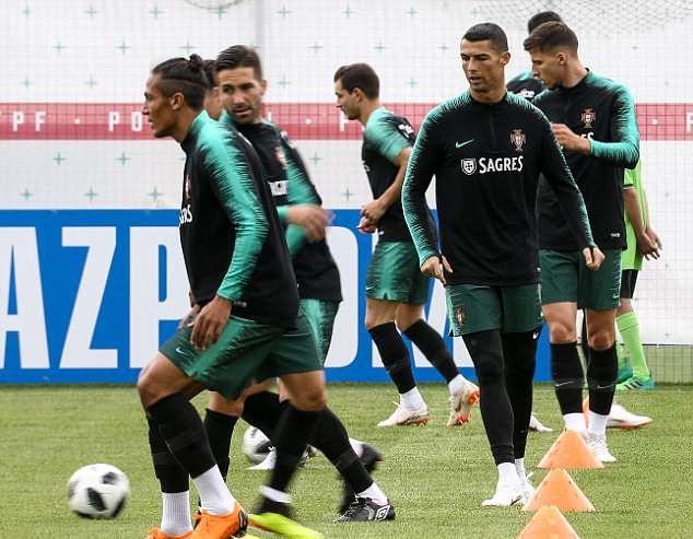 Tây Ban Nha rối loạn, Ronaldo càng thêm hưng phấn trước đại chiến - Bóng Đá