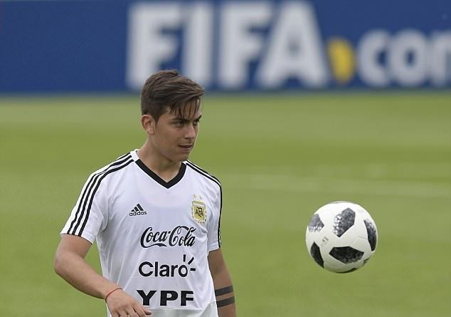 Messi lác mắt nhìn Aguero tung volley trên sân tập Argentina - Bóng Đá