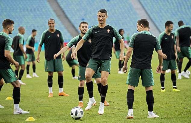 Khoe cơ đùi rắn chắc, Ronaldo sẵn sàng sút tung lưới Tây Ban Nha - Bóng Đá