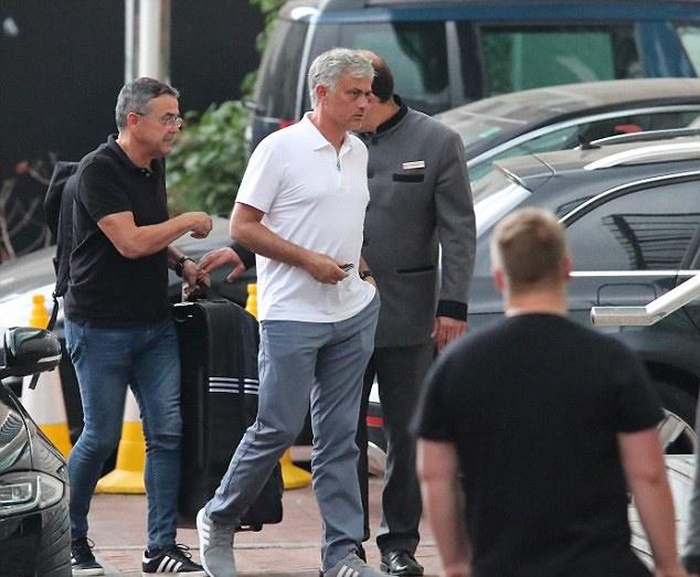 Sanchez cực ngầu trên đường đến sân tập Man United - Bóng Đá