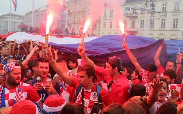 Từ Paris tới Zagreb: Sư đau đớn và ngây ngất trái ngược giữa CĐV Pháp và Croatia - Bóng Đá