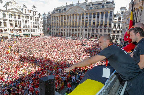 NHM đổ ra đường chào đón cầu thủ Bỉ như người hùng - Bóng Đá