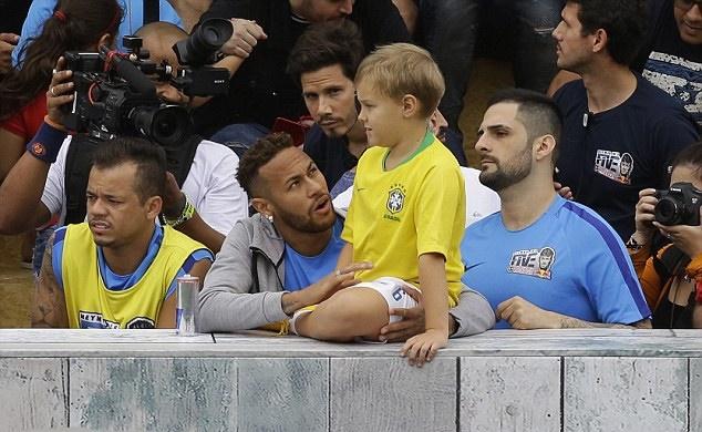 Neymar phô diễn kỹ thuật trên sân bóng 5 người - Bóng Đá