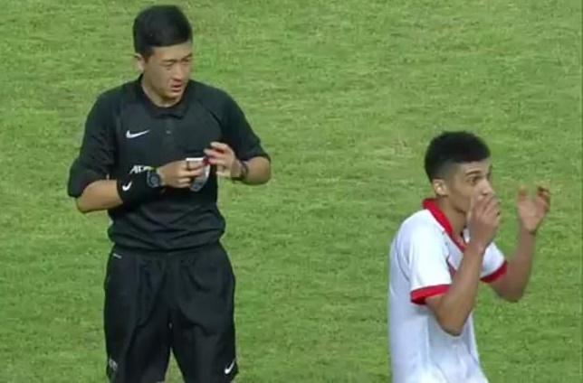 CẬN CẢNH: Văn Thanh bị cầu thủ U23 Bahrain đạp gầm giày thô bạo - Bóng Đá