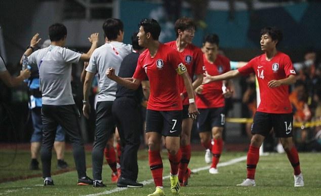 Thoát nghĩa vụ, Son Heung-min tung tăng chạy khắp sân như 'trẻ lên ba' - Bóng Đá