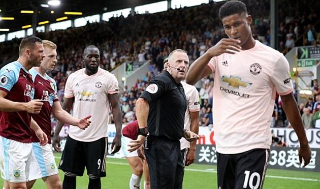 Vào sân chưa kịp đổ mồ hôi, số 10 mới của Man Utd liền 'đi tắm sớm' - Bóng Đá