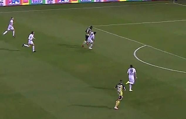Lập hẳn cú đúp, Usain Bolt tái hiện màn ăn mừng khét tiếng - Bóng Đá