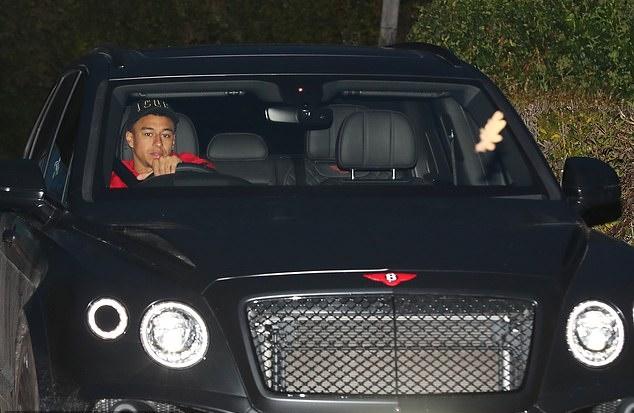 Không phút nghỉ ngơi, dàn sao Man Utd rời sân tập tối muộn - Bóng Đá