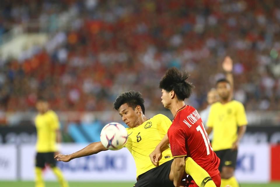 Cầu thủ Malaysia đá rắn, giật cùi chỏ vẫn không ngăn được Công  - Bóng Đá
