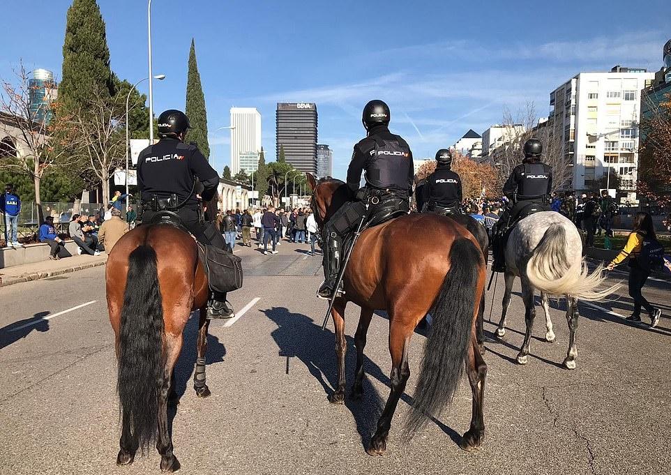 CĐV Boca Juniors và River Plate hò hét, đốt phát sáng loạn cả khu Madrid - Bóng Đá