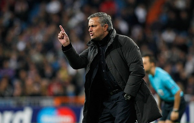 Xuất hiện lần đầu sau khi mất việc, Mourinho lộ biểu cảm như trêu ngươi Man Utd - Bóng Đá