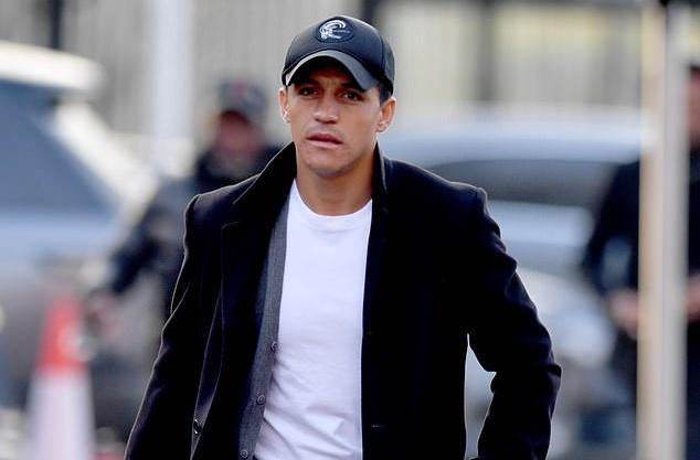 Sanchez có mặt tại Old Trafford - Bóng Đá