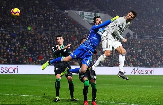 Fan cuồng phấn khích khi được ôm Ronaldo ngay trên sân - Bóng Đá
