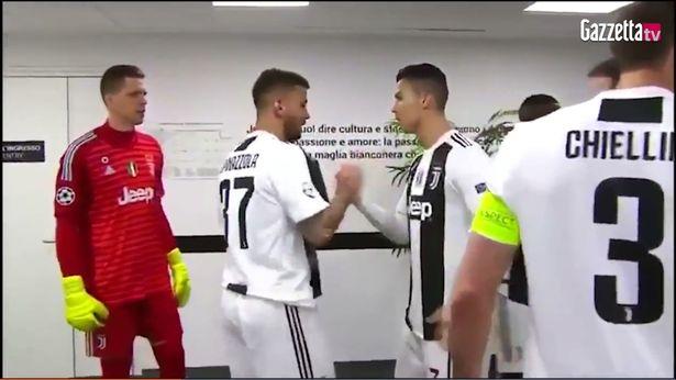 Ronaldo làm điều không thể tin nổi ở giữa hiệp trận thắng Atletico - Bóng Đá