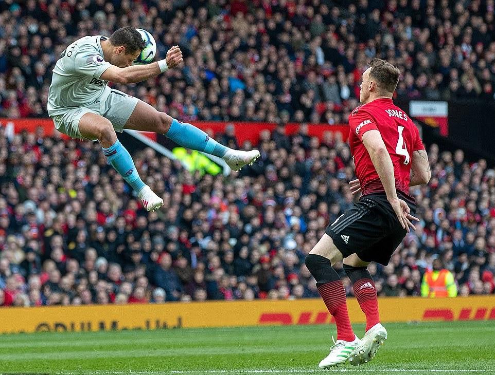 Phil Jones 'đổ máu' là điều cần thiết với Man Utd thời điểm này - Bóng Đá
