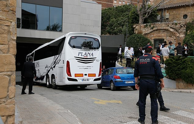 Chùm ảnh Man Utd đặt chân tới Bacelona - Bóng Đá