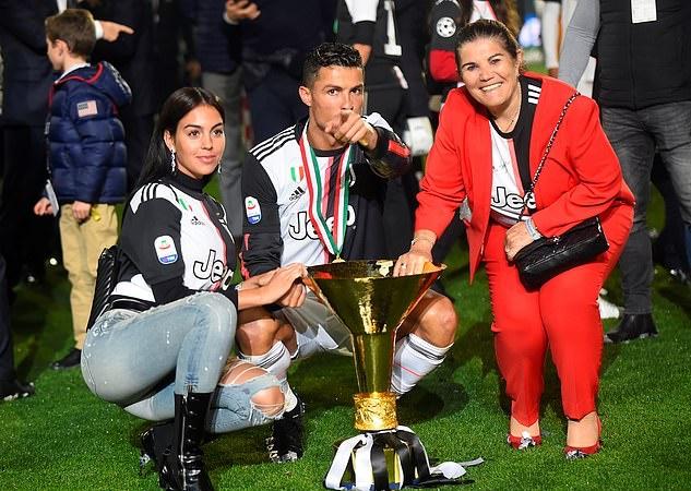 Mãi nâng cúp, Ronaldo có hành động làm đau con trai cưng - Bóng Đá