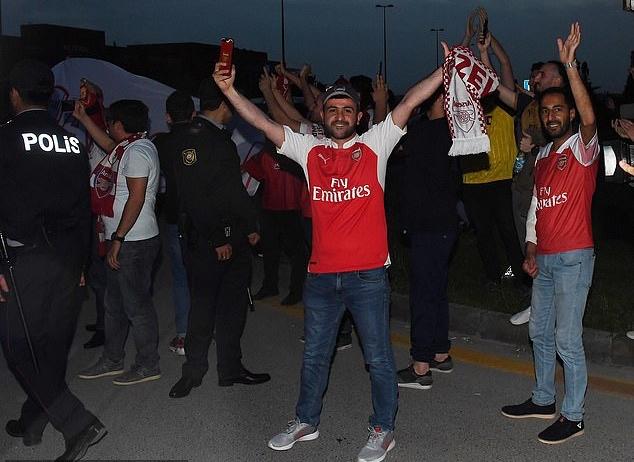 Cầu thủ Arsenal đầy tâm trạng đặt chân đến Baku - Bóng Đá