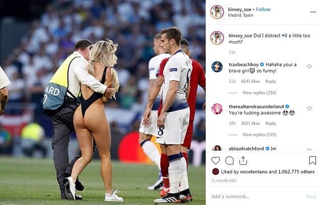 SỐC! Nhiều cầu thủ Liverpool nhắn tin ve vãn mỹ nữ lột sạch đồ CK Champions League - Bóng Đá