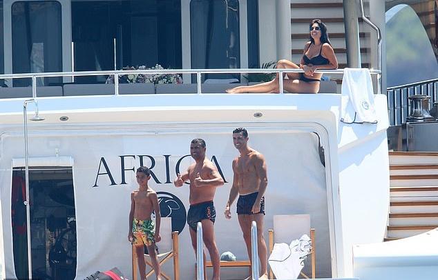 'Hổ phụ sinh hổ tử' - Con trai Ronaldo hành động giống bố - Bóng Đá
