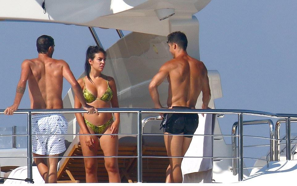 Ronaldo ôm hôn bạn gái bốc lửa - Bóng Đá