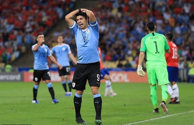 Chết cười! Suarez đòi penalty vì thủ môn... dùng tay - Bóng Đá