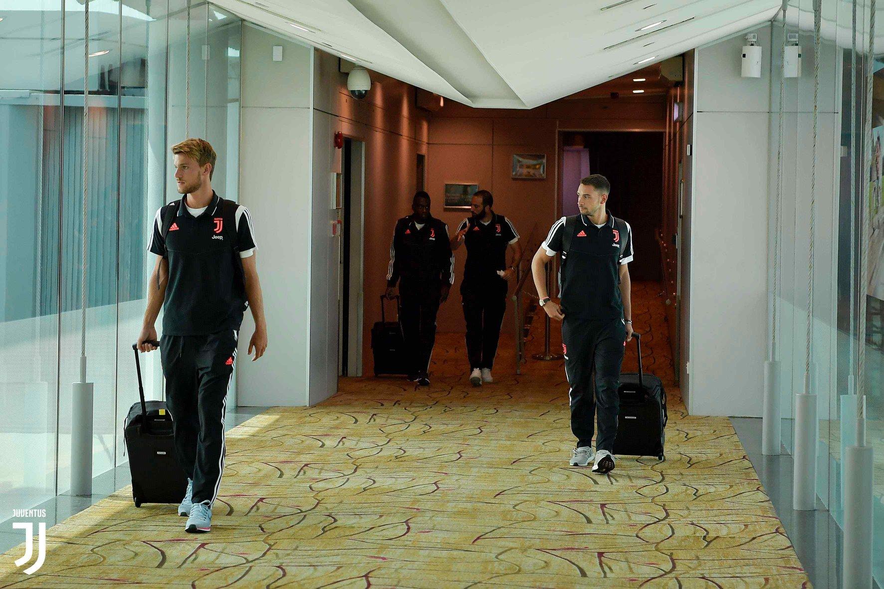 De Ligt chiếm 'spotlight' của Ronaldo khi Juve đặt chân tới Singapore - Bóng Đá