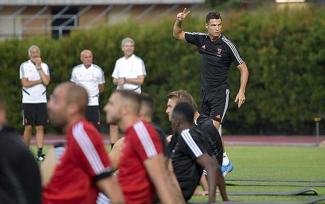 Ronaldo khoe cơ bụng 6 múi cuồn cuộn khiến De Ligt - Bóng Đá