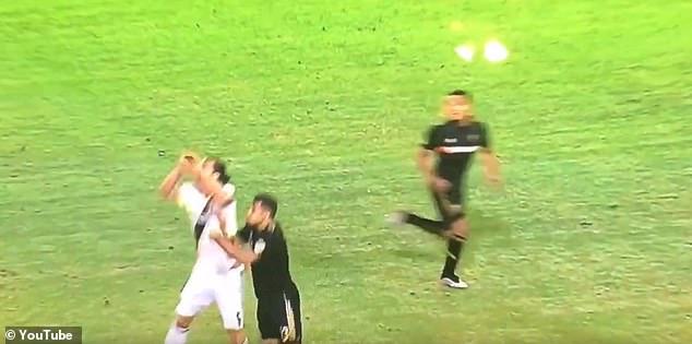 Kinh dị! Ibrahimovic thúc cùi chỏ... thủng mặt đối thủ - Bóng Đá