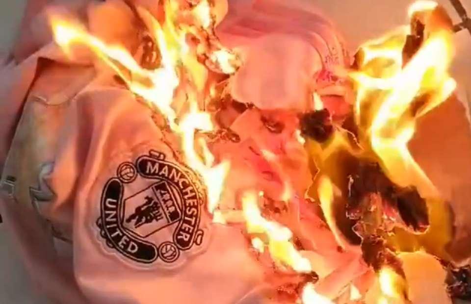 CĐV Man Utd tức giận đốt áo - Bóng Đá