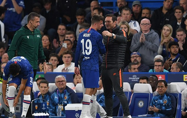 Mason Mount limps off injured after horror lunge from ex-Arsenal star Francis Coquelin just 15 minutes into Chelsea's Champions League tie with Valencia - Bóng Đá