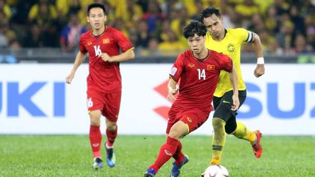 Cầu thủ Malaysia vây quanh trọng tài - Bóng Đá